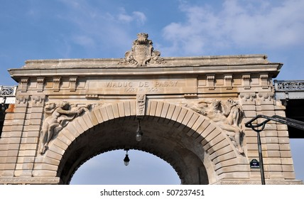 The central upper part in stone of the pont de Bir-Hakeim with the high reliefs, formerly named Viaduc de Passy