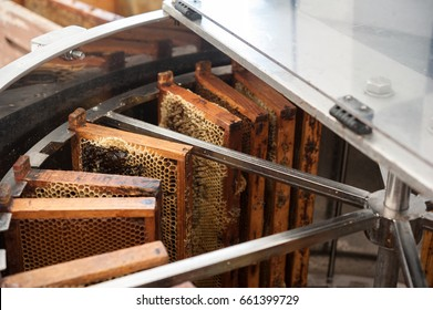 Centrifugal machine for extracting honey from honeycombs