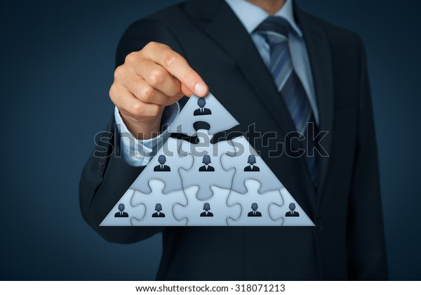 Vorstandsvorsitzender, Vorstandsvorsitzender und Corporate Hierarchie-Konzept - Rekrutiererteam, vertreten durch ein Puzzle im Pyramidenschema von einer Führungskraft (CEO).