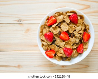 Cereal breakfast with raisin and fresh strawberries
