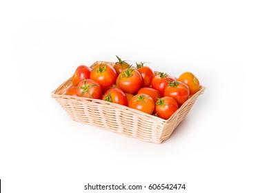 Cesta de mimbre con tomates para untar pan