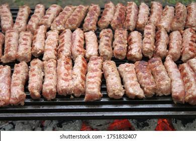 Cévapi sur grill au charbon de bois.Délicieuse cuisine serbe.