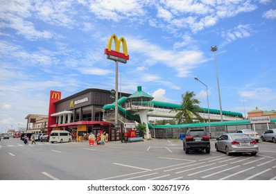 CHACHOENGSAO - AUGUST, 3 : A McDonald's restaurant at Motorway Rest Area in Chachoengsao province,Thailand. It is the restaurant on Bangkok-Pattaya motorway.THAILAND AUGUST,3 2015