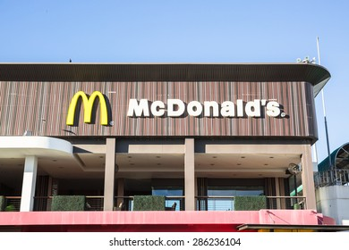 CHACHOENGSAO, THAILAND - JUNE 10 : A McDonald's restaurant at Motorway Rest Area in Chachoengsao province,Thailand. It is the restaurant on Bangkok-Pattaya motorway on June 10,2015