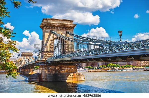 ブダペストシティハンガリーのダヌベ川に架け橋