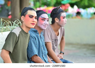 CHAINAT CITY ,  Thailand, NOVEMBER 6 , 2014:Face painted performer old man  walking along street in chinese new year festival on November 6, 2014.