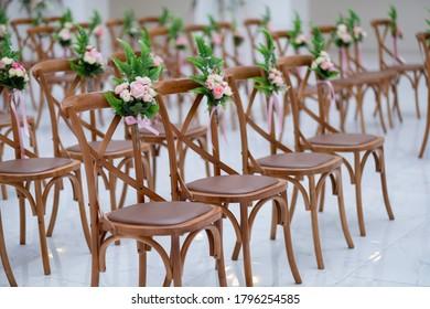 decoración de sillas con fondo desdibujado