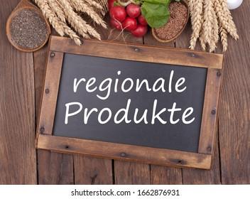 """Tableau noir avec texte allemand: """"Produits régionaux"""""""