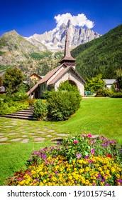 Chamonix, Mont Blanc. Alter Stein Les Praz Kapelle in Chamonix touristischen Tal, Aiguille du Midi Berg in Frankreich.