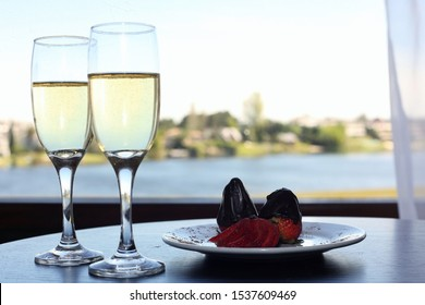 champagne with delicious chocolate strawberries