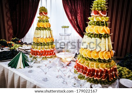 Merveilleux Champagne Fountain And Decorations From Fruit On Table Setting At A Wedding  Reception In Restaurant