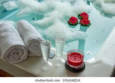 Lunettes de champagne sur le bain à remous