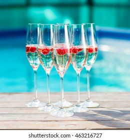 champagne glasses wich raspberry