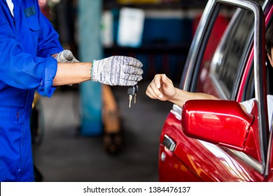 Change Car keys in hand and credit card in the hands of charging money to repair cars
