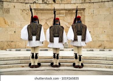 Cambio de la infantería selecta ceremonial Evfranes cerca del parlamento en Atenas, Grecia