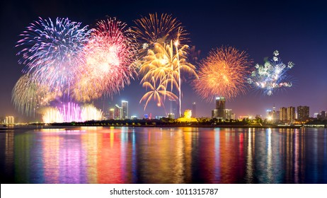 Changsha, Hunan Xiangjiang Island Orange night fireworks performance material