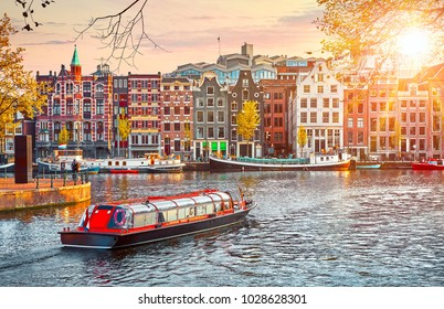 Kanaal in Amsterdam Nederland herbergt rivier Amstel landmark oude Europese stadlentelandschap.