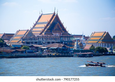 chao phray river that crosses bangkok capital of thailand asia