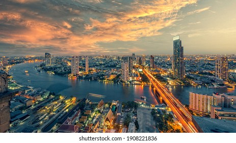 Chao Phraya Fluss mit Sonnenaufgang und modernes Gebäude , Landschaft des Flusses in Bangkok Stadt Bangkok