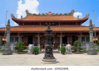 CHAOZHOU, CHINA - 31 JUL 2014 : Tourist praying for prosperity at the Main pavilion of Kaiyuan temple at Chaozhou town, Guangdong, China. Built around Tang dynasty, almost 1300 years ago.