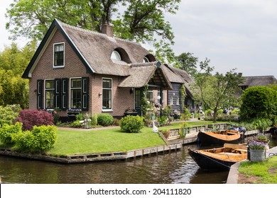 Charming little house in Giethoorn Netherlands