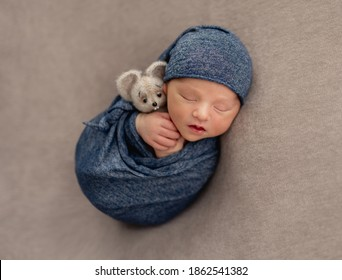Charmantes Neugeborenes im Traum lächeln