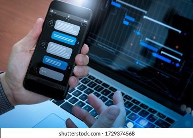 Chatbot conversation avec l'interface d'application d'écran de smartphone et l'assistant virtuel de traitement de technologie d'intelligence artificielle avec informations de support client, main d'affaires tenant un téléphone mobile.