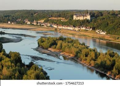 Village de Chaumont-sur-Loire, fleuve de la Loire et château vu du ciel, département de Loir-et-Cher (41), région du Centre-Val de Loire, France