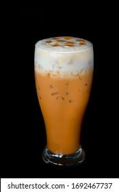 Kaien oder Thai-Tee auf schwarzem Hintergrund.