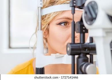 Überprüfung des Sehvermögens mit Slit Lampe, Augenuntersuchung in einer Augenklinik