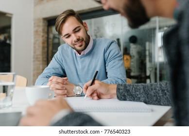 Überprüfung des Personalfragebogens bei einem Bewerbungsgespräch mit einem Bewerber