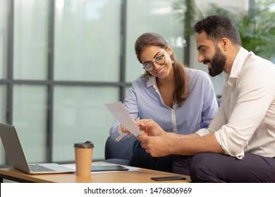 Notizen überprüfen. Freuer Bärenmann, der während der Arbeit im Geschäftsplan in Halbstellung sitzt