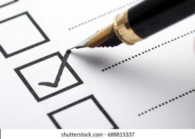 Checklist-Konzept - Checkliste mit schwarzem Häkchen und Papier.