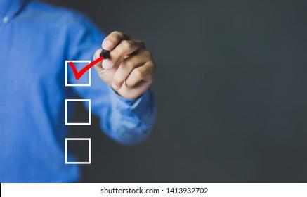 Checklist-Konzept, Visitenkarten-Markierungszeichen auf Markierungsfeldern mit Markerrot, Kopienraum