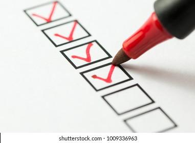 rote Checkliste mit rotem Stift