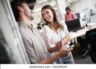 Collaborateurs joyeux au bureau lors d'une réunion d'entreprise