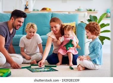fröhliche Familie, die Spaß hat, Zeit mit Brettspielen zu Hause verbringt