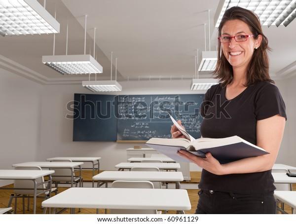 Enseignante joyeuse dans une classe de maths