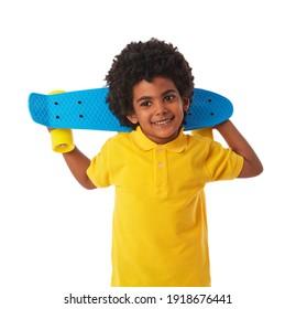 Fröhlicher junger Mann mit Skateboard