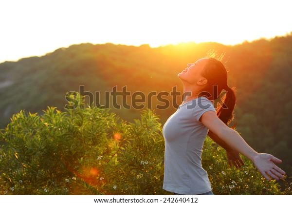 fandit žena otevřenou náručí při východu slunce vrchol wellness koncept
