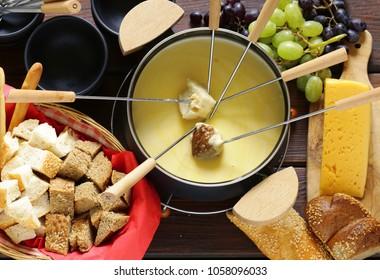 Käsefondue mit Brot in einer speziellen Speise