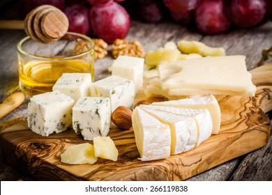 Cheese plate:Emmental, Camembert, Parmesan, blue cheese, bread sticks, walnuts, hazelnuts, honey, grapes