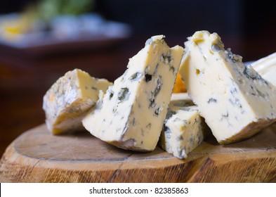 Un plateau de fromages avec veine bleue et fromages de camembert