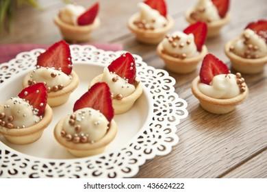 cheesecake tarts with strawberries