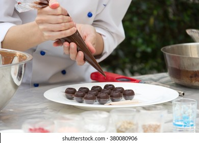 Küchenchef, der Schokolade zubereitet; selektiver Fokus