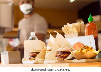 Küchenchef mit Maske für die Koronavirus-Prävention auf Lebensmittelfahrzeugen , selektiver Fokus