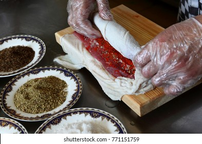 Chef wraps the roll of the peritoneum with garlic.