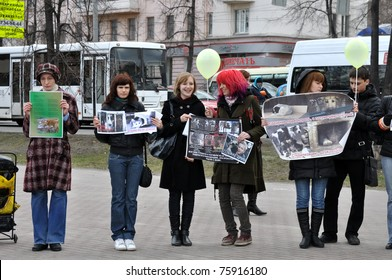 CHELYABINSK - APRIL 23: the Society for the protection of animals supports entering into the Constitution of Russia for the law on the rights of animals.  2011. Unidentified children and adults