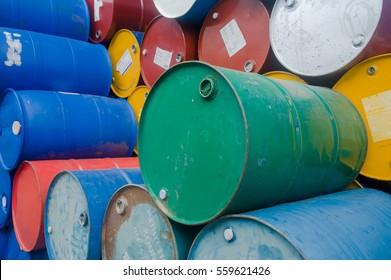 Chemieanlage, Plastikbehälter-Trommeln, blaue Fässer, Öltank