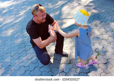 Chernihiv / Ukraine. 27 August 2016: Happy father and his little daughter greet each other. Happy family. Good family relations. 27 August 2016 in Chernihiv / Ukraine.